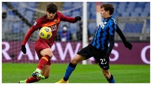 Gonzalo Villar se zafa de la marca de Nicolò Barella ante el Inter.