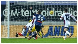 Aleksey Miranchuk anota el 1-0 de la Atalanta contra el Cagliari.