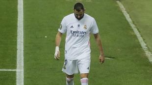 Karim Benzema se lamenta en la eliminación del Real Madrid ante el...