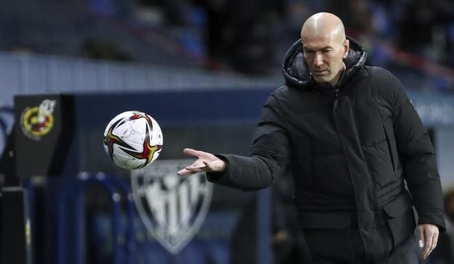 Zinedine Zidane intenta coger un balón durante el partido ante el...