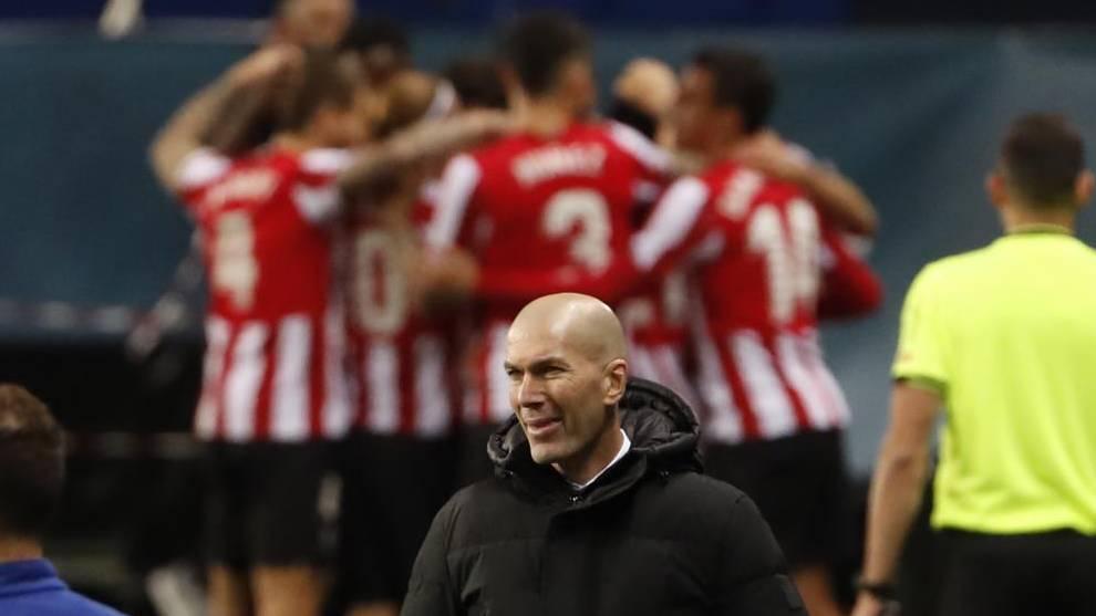 Zidane, en el banquillo, con el Athletic celebrando un gol en La...