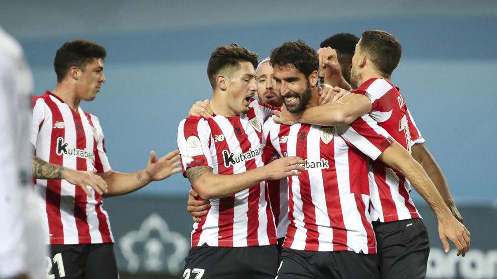 Los jugadores del Athletic abrazan a Raúl García tras uno de sus...