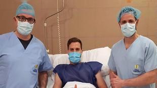 Calero posa con los doctores tras la intervención quirúrgica.