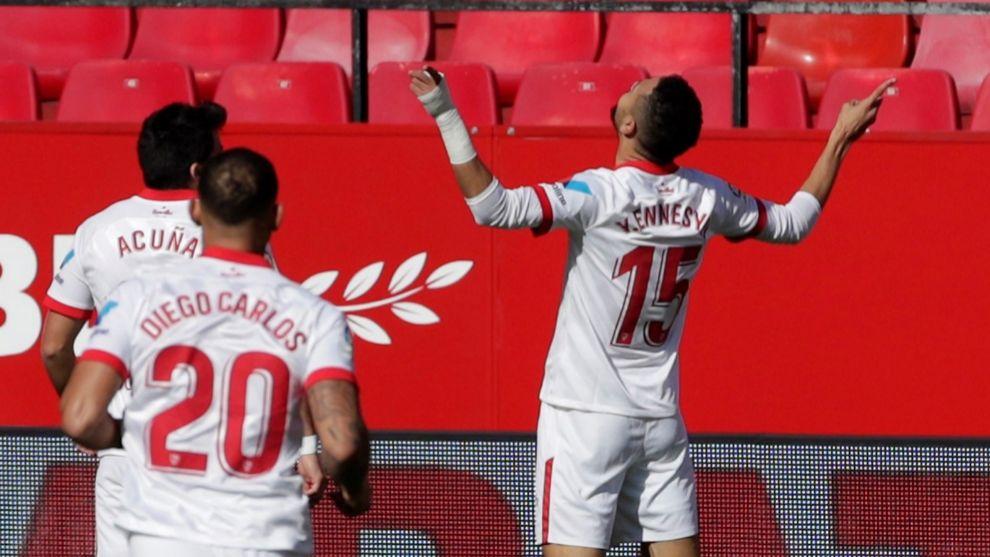 Acuña y Diego Carlos corren a felicitar a En-Nesyri tras marcar ante...