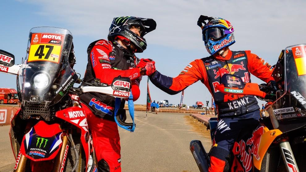 Sunderland felicita a Benavides tras disputarle el Dakar hasta el último día.