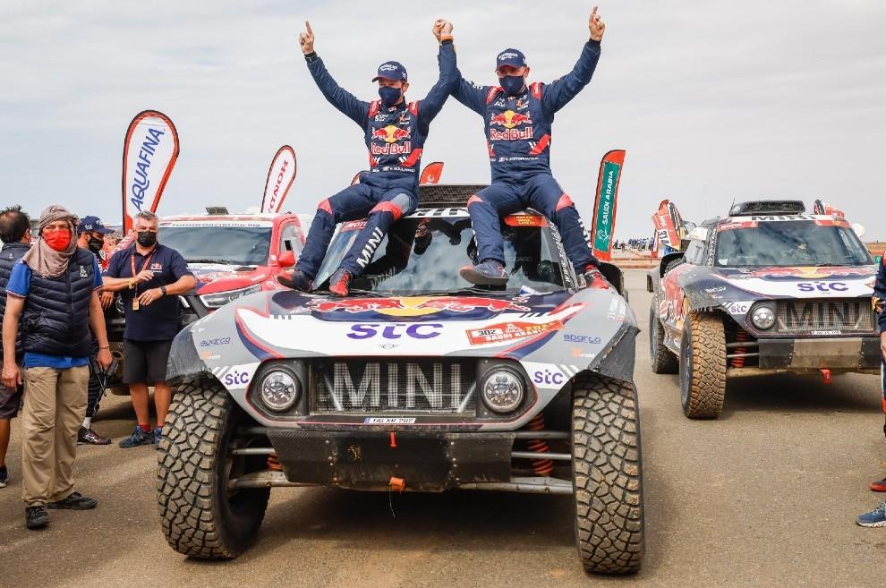 Peterhansel y Boulanger celebran el triunfo.