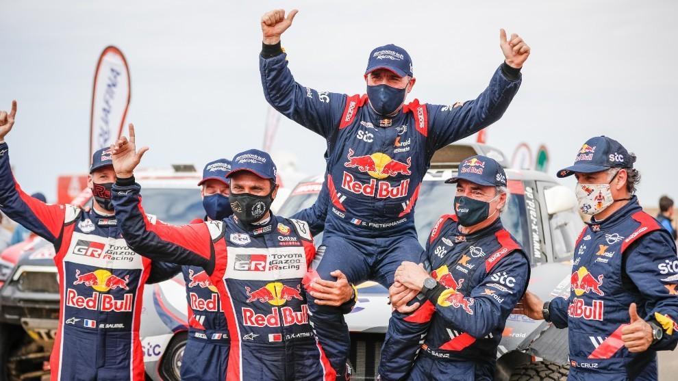 Sainz y Al-Attiyah felicitan a Peterhansel, ganador del Dakar 2021.