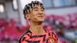 Un sonriente Wei Shihao calienta antes de un partido de Superliga...