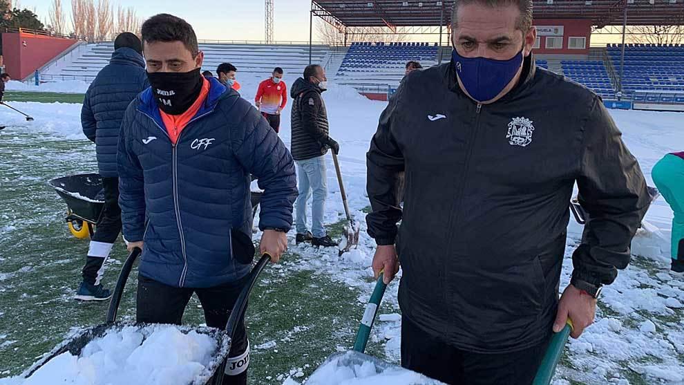 Sandoval y su segundo Ismael Martínez retirando nieve en La Aldehuela