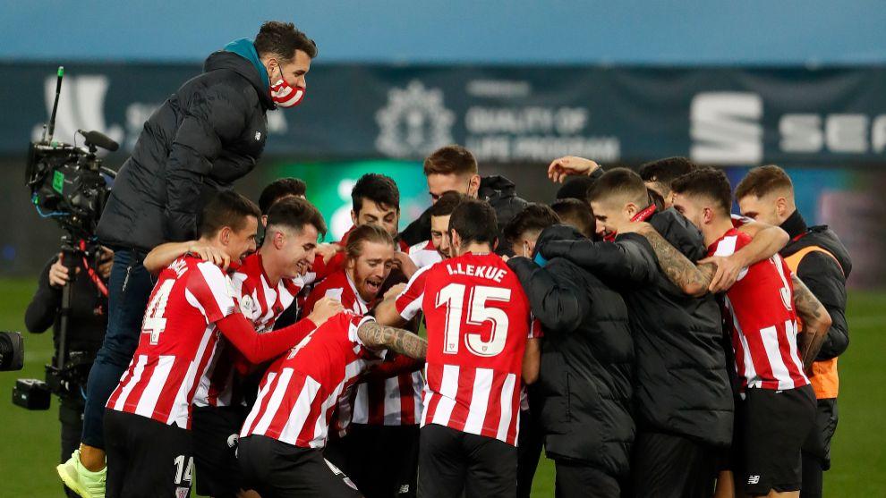 Los jugadores del Athletic se abrazan en La Rosaleda tras lograr el...