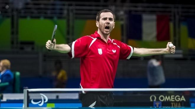 Álvaro Valera celebra un triunfo.