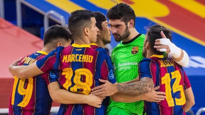 Los jugadores del Barça celebran uno de los goles.