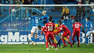 Óscar Rodríguez (22) marca de falta directa en el partido de Copa...