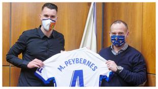 Peybernes junto a Christian Lapetra tras haber firmado el contrato.