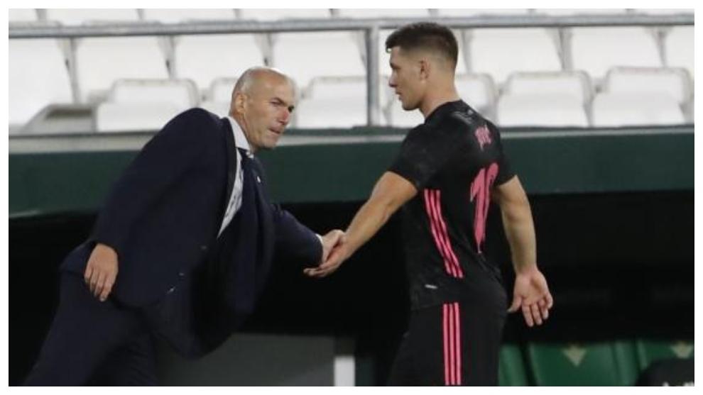 Zidane y Jovic se saludan tras ser sustituido el serbio.
