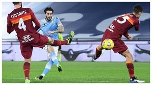 Luis Alberto anota el 3-0 de la Lazio ante la Roma.