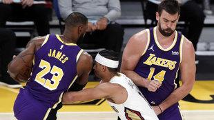 LeBron James pasa el bloqueo de Marc Gasol en el partido ante los...