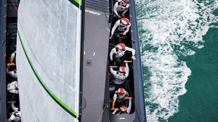 El Team Ineos trabajando en los winches en plena regata.