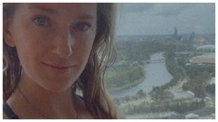 Azarenka posa en su habitación de hotel