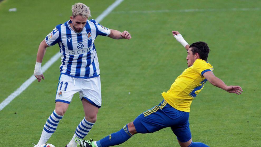 Januzaj regatea a un rival, en el partido contra el Cádiz.