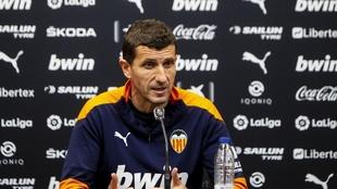Javi Gracia durante una rueda de prensa con el Valencia.