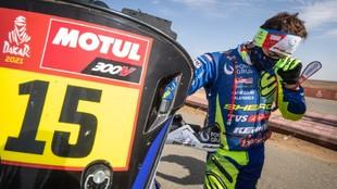 Lorenzo Santolino, emocionado al terminar el Dakar con el dorsal...