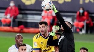 Yáñez despeja de puños un balón en el partido ante el Cádiz. EFE
