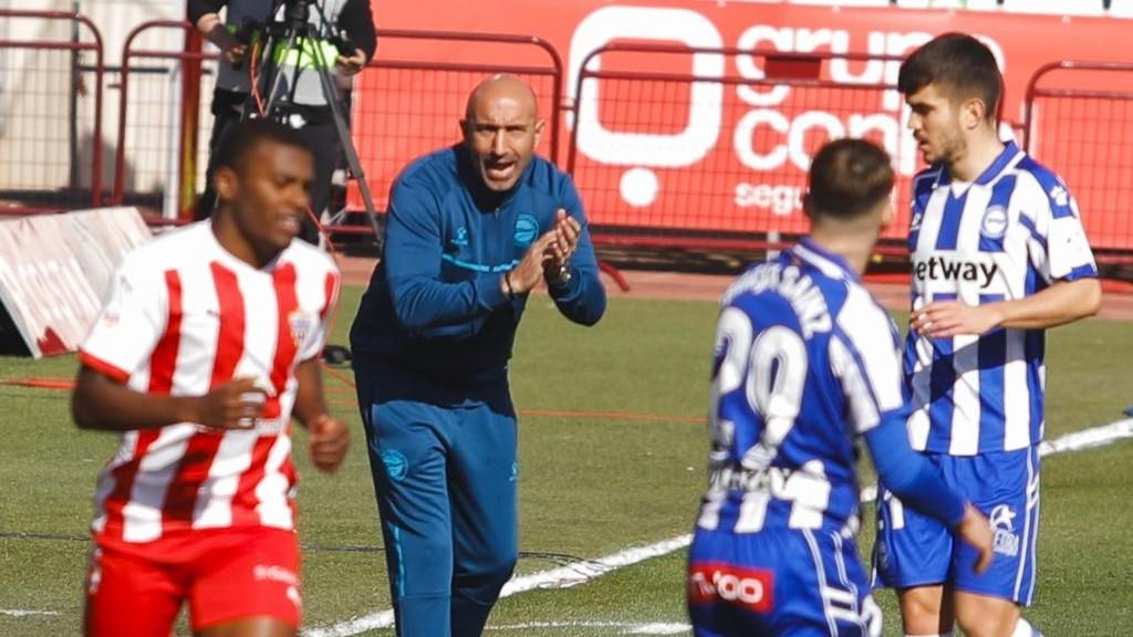 Abelardo anima los jugadores del Alavés durante el partido.