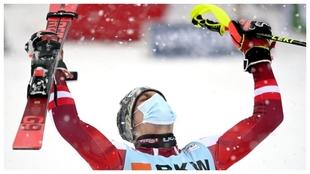 El austriaco Manuel Feller celebra su victoria en el Slalom masculino...