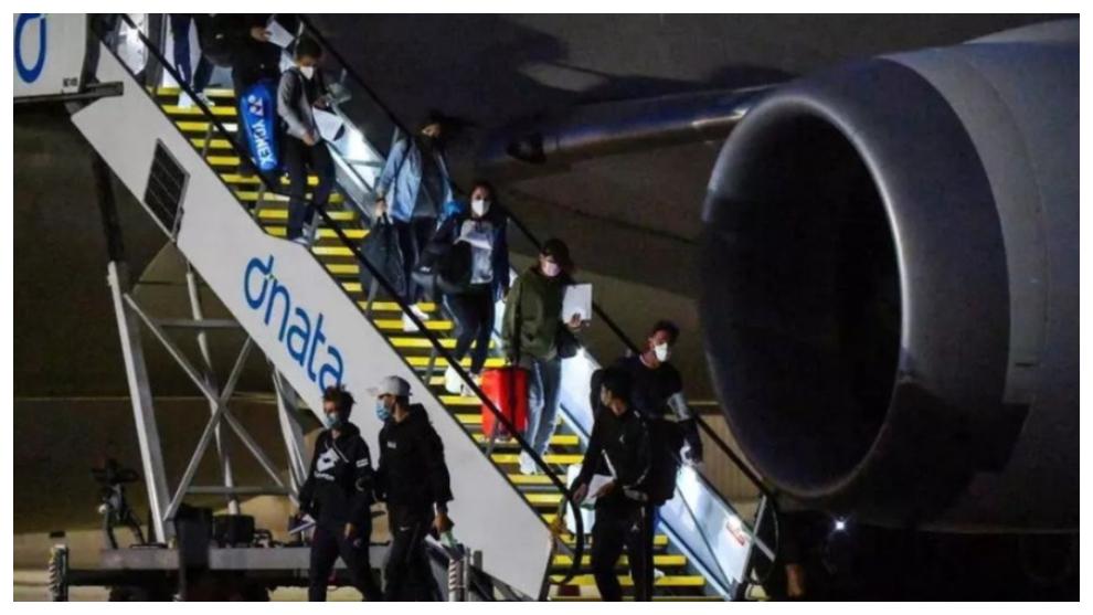 Un grupo de tenistas desciende del avión a su llegada a Melbourne