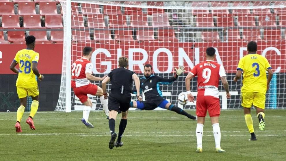 Valery marca uno de sus dos goles en la victoria del Girona al Cádiz