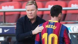 Messi y Koeman durante un partido en el Camp Nou  