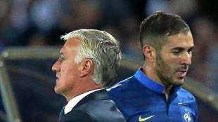 Benzema y Deschamps, en un partido de Francia.