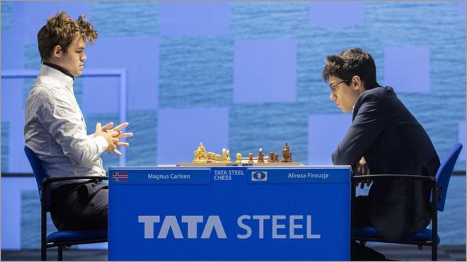 Magnus Carlsen y Alireza Firouzja, en plena partida.