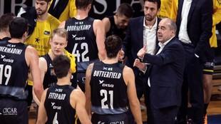 Vidorreta, entrenador del Iberostar, da instrucciones a los suyos en...