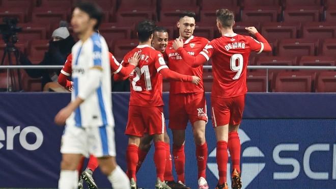 Los jugadores del Sevilla felicitan a Ocampos.
