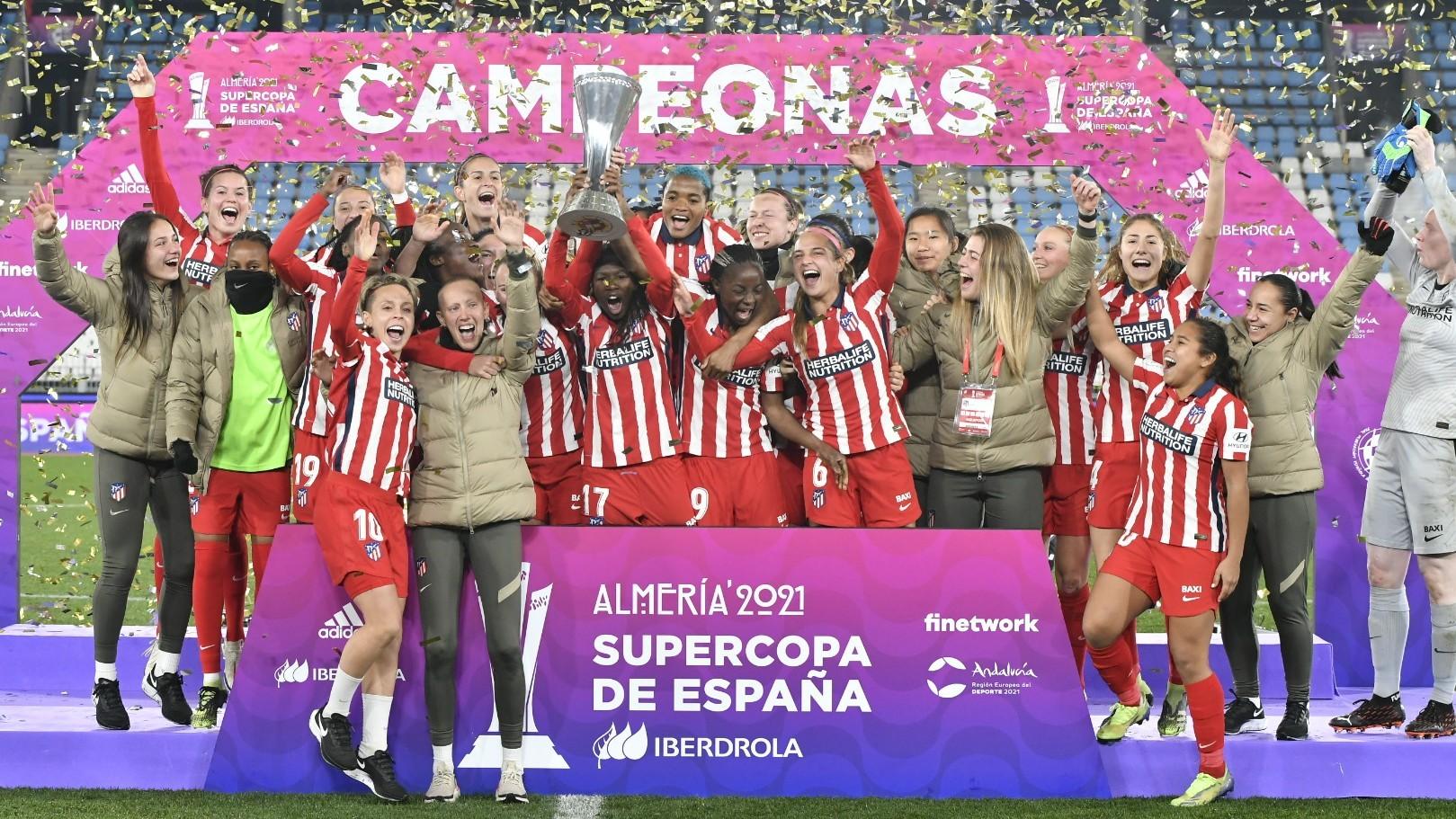 Las jugadoras del Atlético de Madrid celebran el título de la...