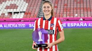 Laia Aleixandri con el premio que la reconoce como MVP de la final de...