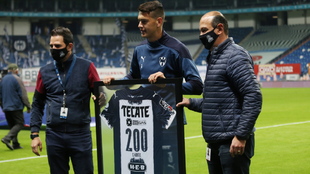 César Montes recibió una playera conmemorativa de Rayados. |