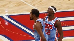 Caris LeVert junto a Kevin Durant en su último partido con los Nets.