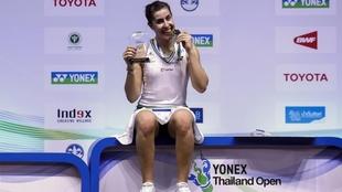 Carolina Marín posa con el trofeo y la medalla de ganadora en...