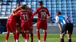 Los jugadores de Osasuna celebran uno de los tantos que marcaron ante...