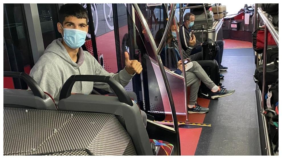 Carlos Alcaraz on a bus in Melbourne.