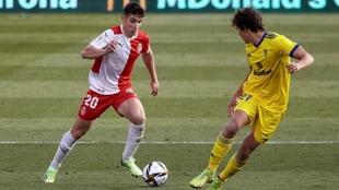 Valery, con el balón, ante Marc Baró, en el partido copero ante el...