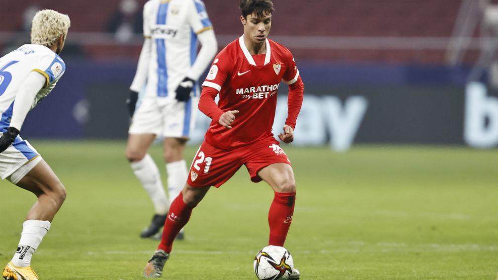 Óliver Torres (26) con el balón en el partido de Copa entre el...
