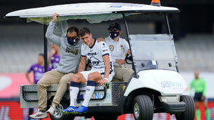 Juan Dinneno salió lesionado en el partido de Pumas vs Mazaltán FC....