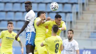 Apeh pugna con la defensa del Villarreal por un balón dividido.
