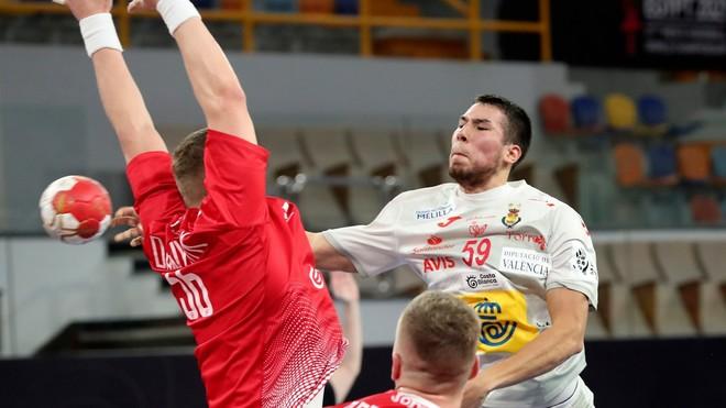 Daniel Dujshebaev lanza de cadera.