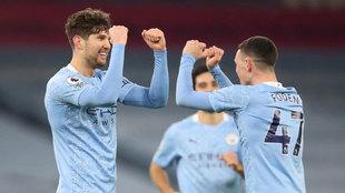 Stones y Foden celebran uno de los dos goles del central.
