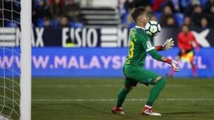 Chichizola detiene un balón durante un partido